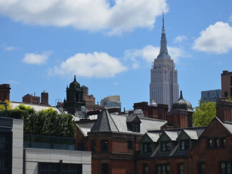 Empire State Building vom High Line Park in Manhattan aus gesehen