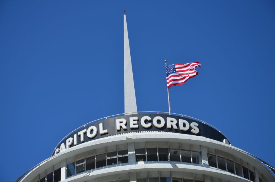 Der Capitol Records Tower in Hollywood an der Ecke Vine Street und Hollywood Boulevard lässt sich gut in die Route der wichtigsten Los Angeles Sehenswürdigkeiten einbauen.