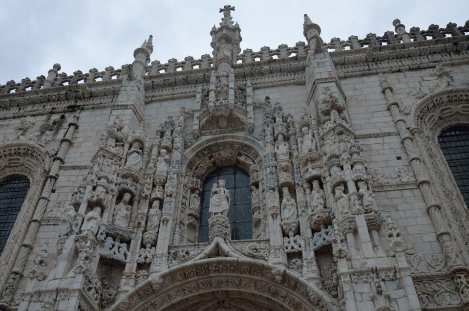 Nicht zuletzt die scheinbar unendlich vielen Verzierungen machen das Mosteiro dos Jerónimos zu einer der schönsten der Lissabon Sehenswürdigkeiten.