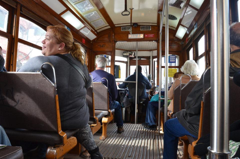 Die Straßenbahn 28E steuert mehrere der Lissabon Sehenswürdigkeiten an, ist aber schon für sich genommen eine große Attraktion.