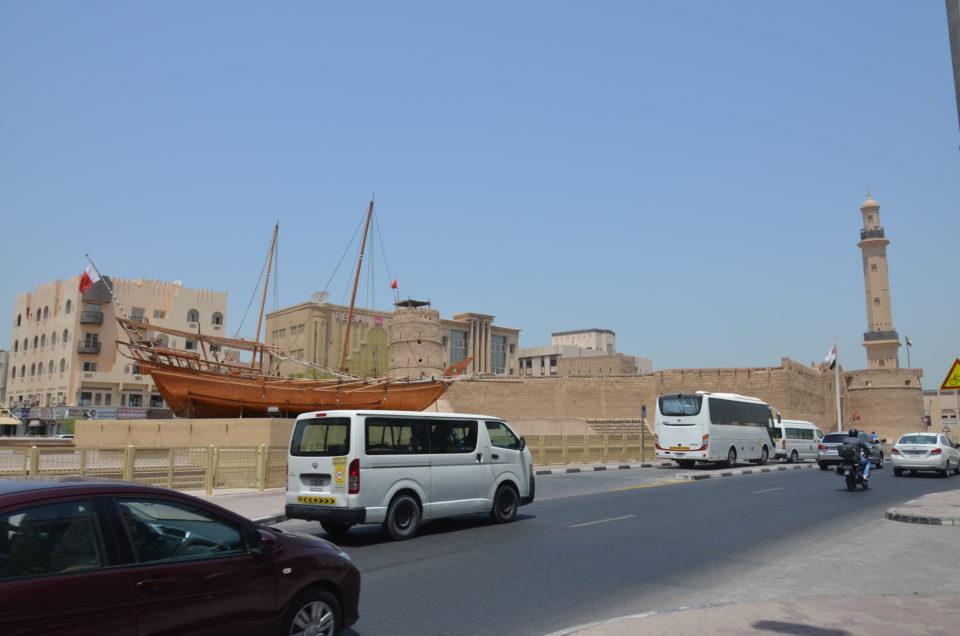 Das älteste existierende Gebäude in Dubai ist das Al-Fahidi-Fort. Es beherbergt gleichzeitig das Dubai Museum und damit eine der Top 10 Dubai Sehenswürdigkeiten.