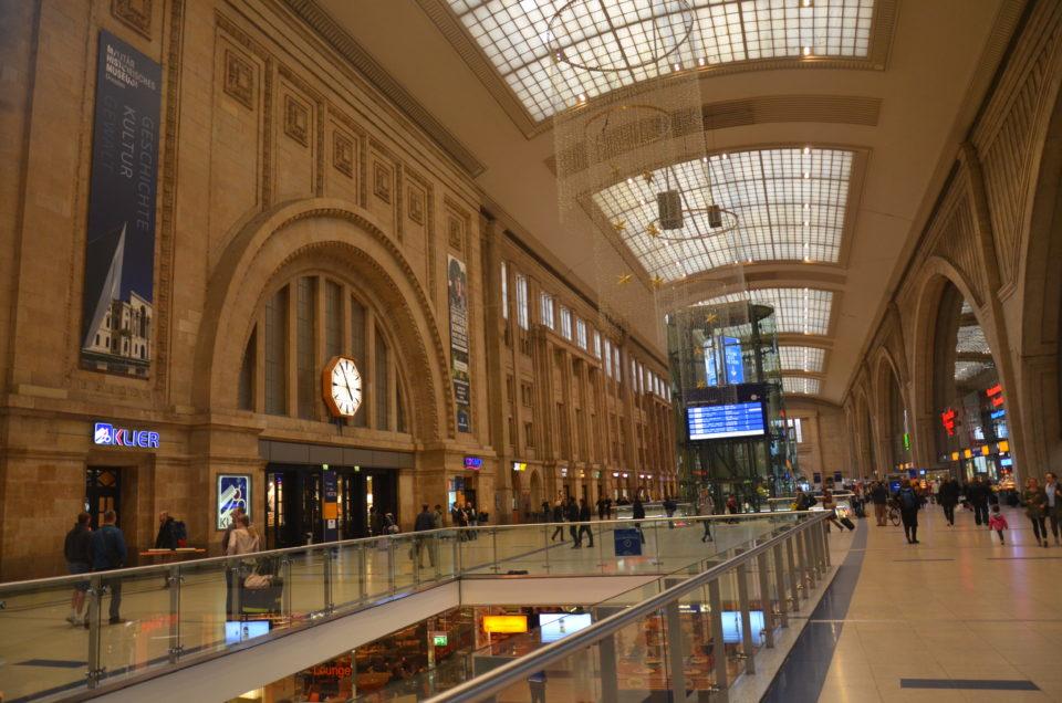So manch ein Leipzig Kurztrip wird am Hauptbahnhof starten. Gut so, da der Bahnhof eine der größten Leipzig Sehenswürdigkeiten ist.