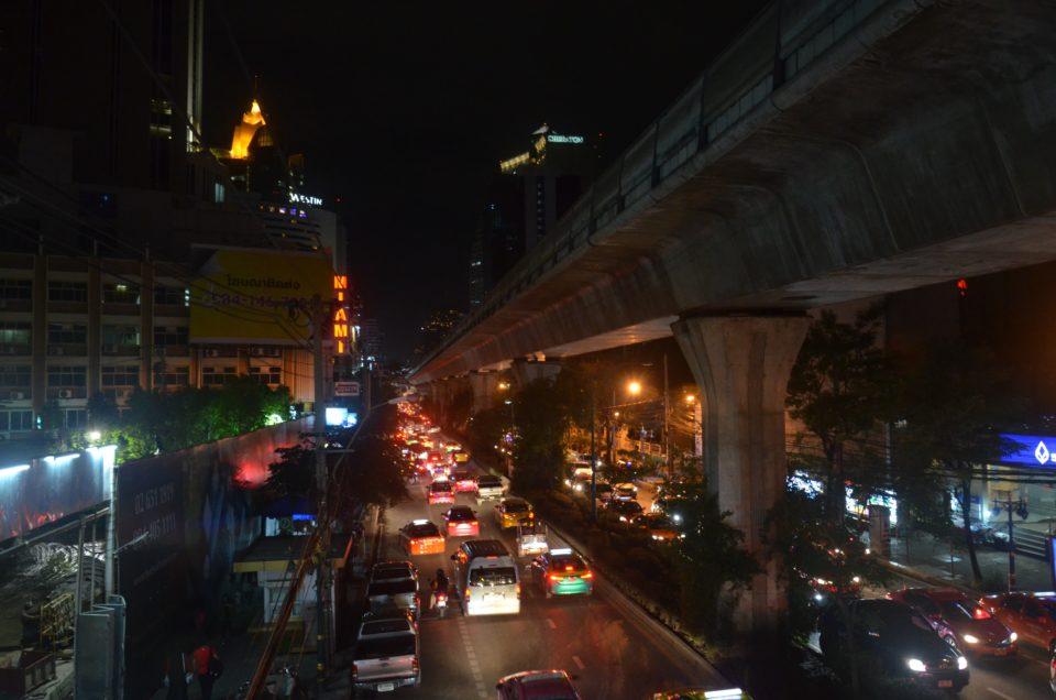 Die Sukhumvit Road bildet eines der modernen Zentren Bangkoks und ist damit beliebtes Ziel bei manch einer Bangkok Reise.