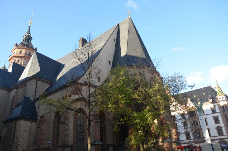 Die Nikolaikirche gehört nicht zuletzt wegen ihrer historischen Bedeutung hinsichtlich des Mauerfalls zu den Leipzig Sehenswürdigkeiten, die bei einem Kurztrip unbedingt besucht werden sollten.