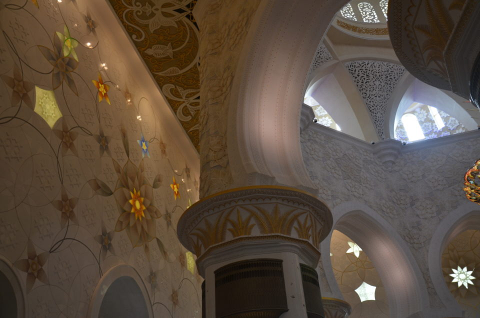 Auch den Innenbereich der Scheich-Zayid-Moschee solltest du bei deiner Abu Dhabi Zwischenlandung ansteuern.