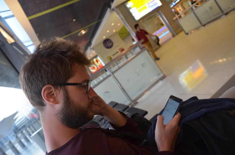 Niklas bei einer Abu Dhabi Zwischenlandung am Flughafen