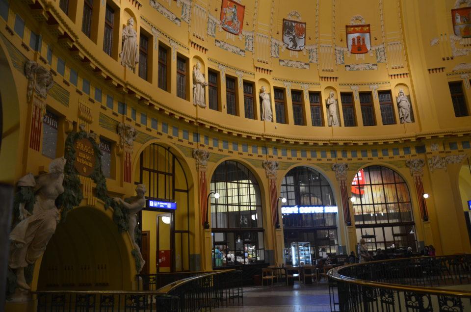 Die Empfangshalle im Hauptbahnhof wird von viel zu wenig Prag-Reisenden beachtet.