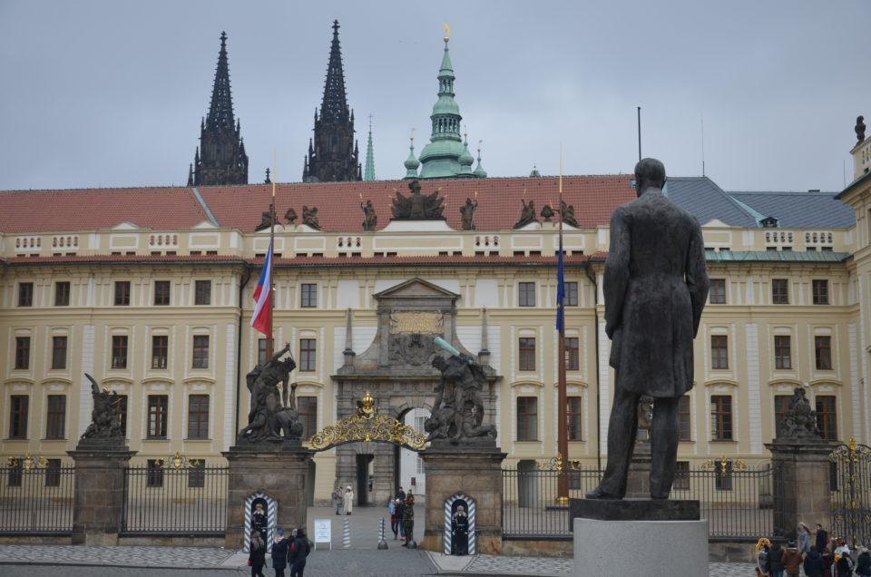 Bei deiner Prag Reise wird der Hradschin-Platz einer der Prager Drehorte sein, an denen du kaum vorbeikommen wirst.