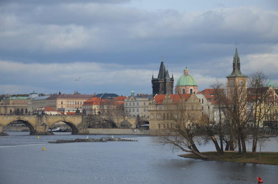 Prag Geheimtipps: der Ausblick von der Insel Strelecky ostrov auf die Karlsbrücke