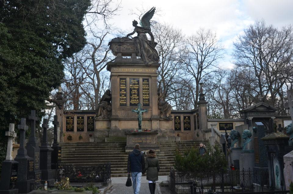 Hier siehst du den Vyšehrader Ehrenfriedhof in Prag.