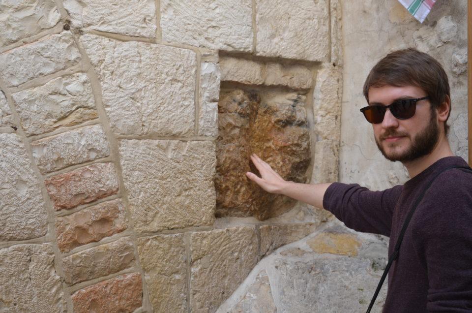 Neben der IV. der Via Dolorosa Stationen befindet sich ein Stein, an dem sich Jesus abgestützt haben soll.
