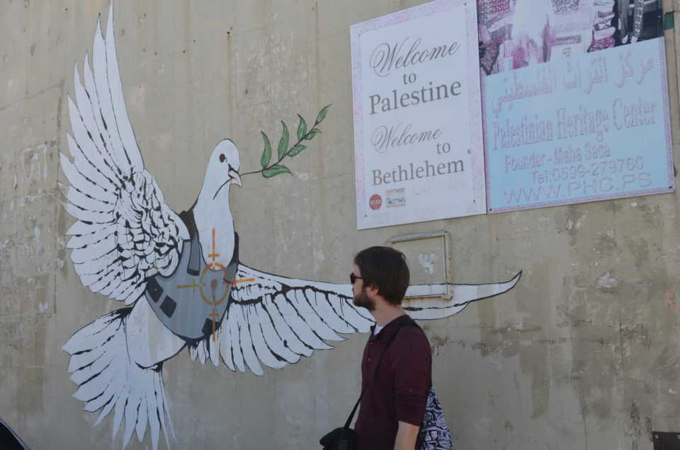 Zu den Bethlehem Sehenswürdigkeiten gehören vier Street Art Werke von Banksy - hier die Armored Dove.