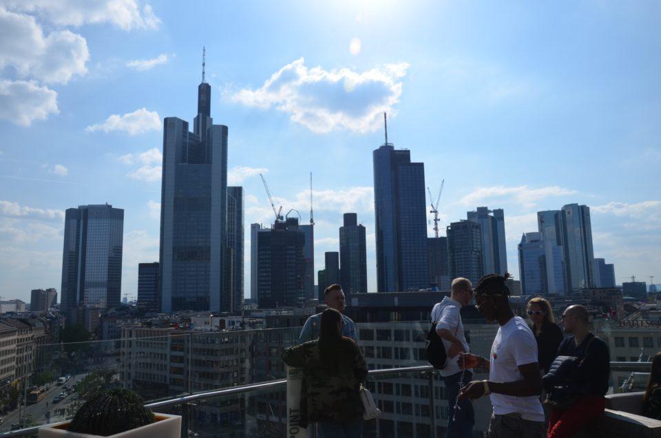 Nicht mehr wirklich einer der Frankfurt Insider Tipps ist der kostenlose Ausblick von der Galeria Kaufhof Dachterrasse.