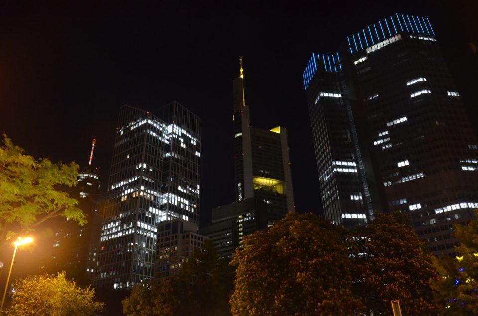 Einer meiner Frankfurt Insider Tipps: Streife im Dunkeln durch das Bankenviertel.