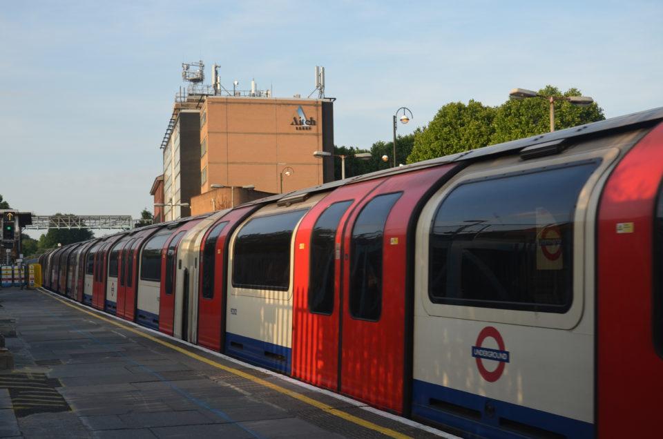 Zu den London Reisetipps gehört der Hinweis, dass nur die Flughäfen Heathrow und London City Airport an das Tube-Netz angebunden sind.