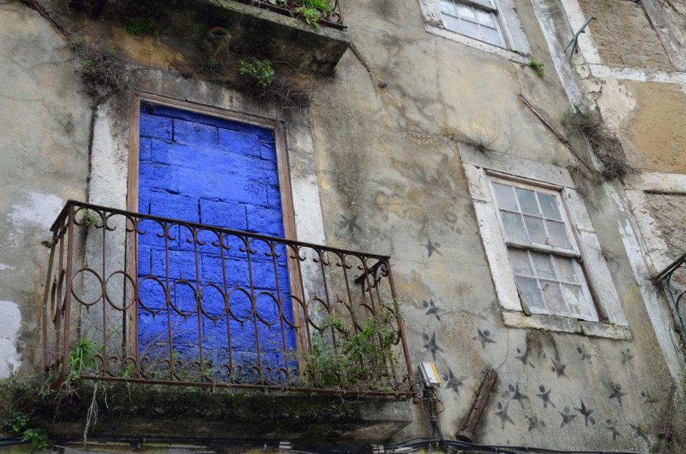 Die blaue Eingangstür zur Über mich und den Blog-Seite des Reiseblog Urban Meanderer. Entsprechend geht es um Städtereisen, Kurztrips und Fernreisen.