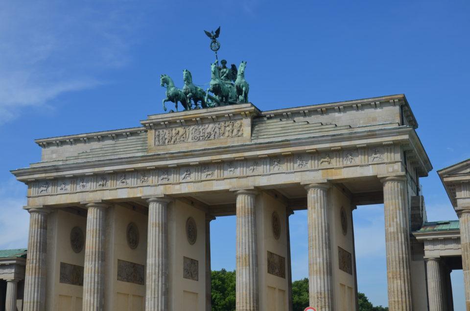 In meinen Berlin Reisetipps liste ich dir auch die Sehenswürdigkeiten der Stadt auf, wozu natürlich auch das Brandenburger Tor zählt.
