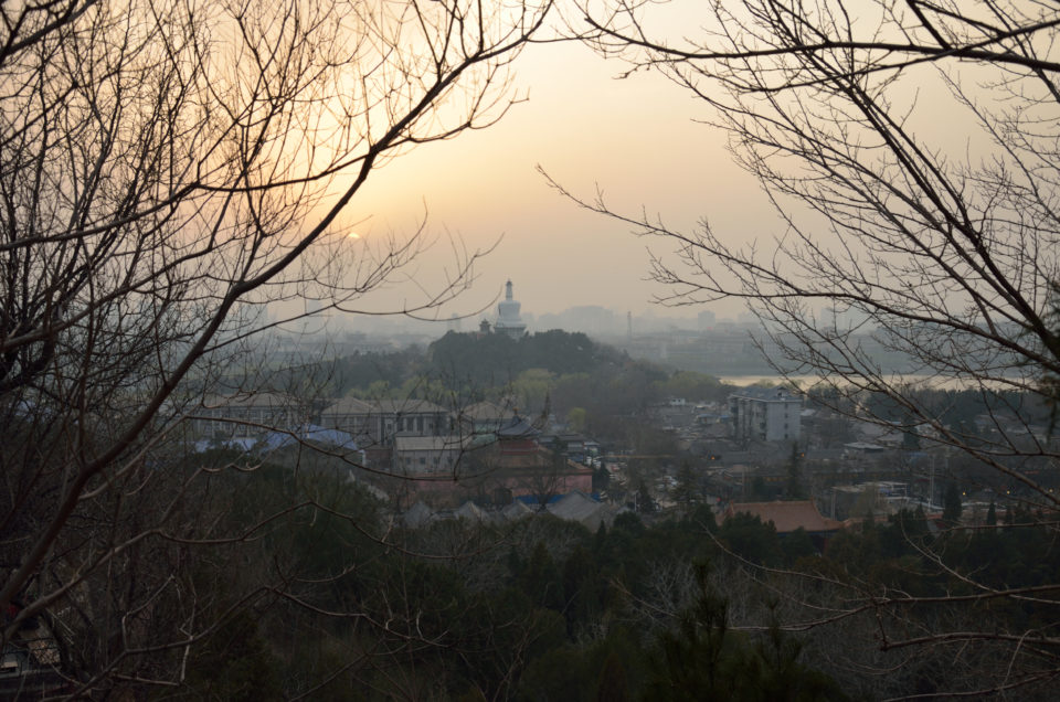 Das China Visum beantragen lohnt sich alleine schon für den Ausblick vom Kohlehügel in Richtung Beihai Park in Peking.