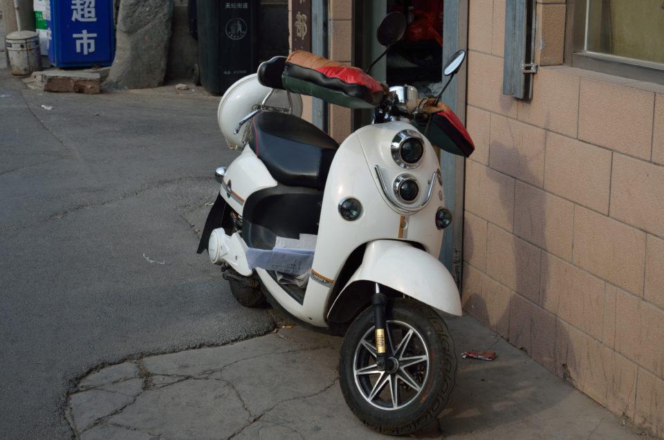 Peking Reisetipps wären unvollständig ohne den Hinweis, dass es im Winter sehr kalt in Peking wird, wie auch diese Handschuhe an einem Motorroller andeuten.