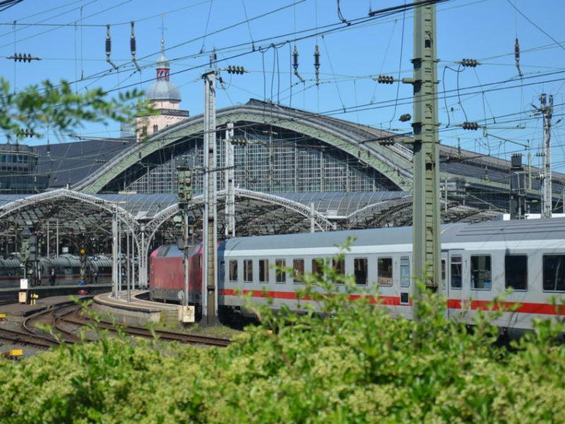 Hier gebe ich dir zum günstig Bahn fahren Tipps, dank derer du im Tarifdschungel der Bahn günstige Bahntickets finden und buchen und dadurch günstig am Kölner Hauptbahnhof eintrudeln kannst.