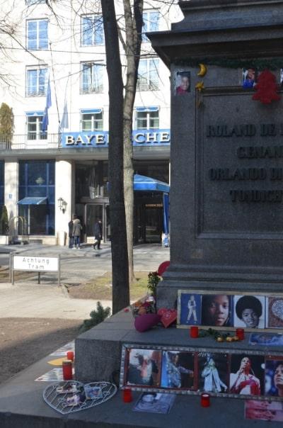 Zu den München Geheimtipps gehört als Kuriosität auch das Michael Jackson Denkmal am Promenadeplatz.