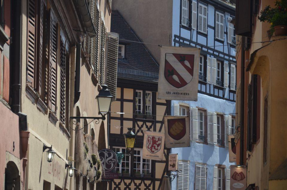 In meinen Straßburg Tipps gebe ich dir Hinweise zur Anreise, damit du die schönen Straßburger Altbauten überhaupt erst bewundern kannst.