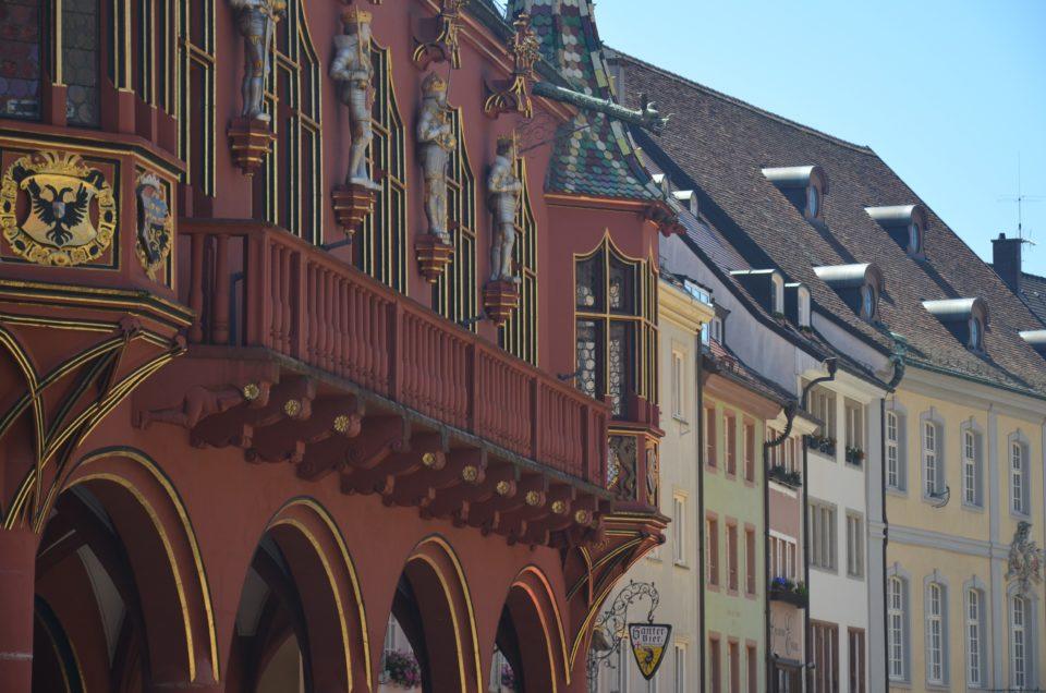Zu den Freiburg Sehenswürdigkeiten gehört auch das Historische Kaufhaus am Münsterplatz.