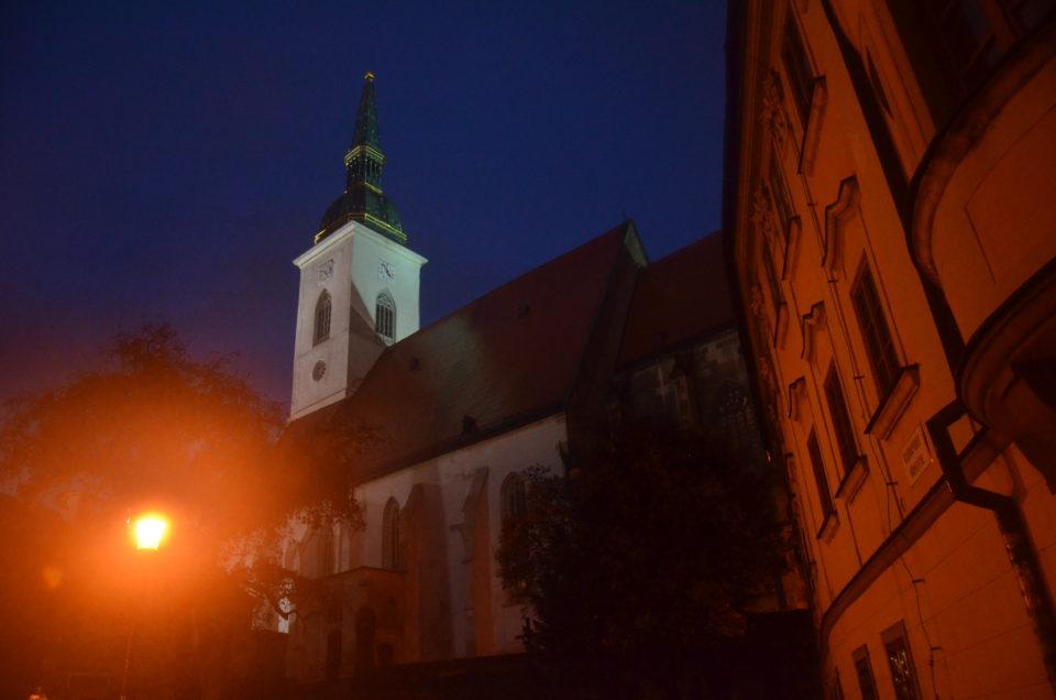In einem Bratislava Sehenswürdigkeiten Rundgang ist auch der Martinsdom eine wichtige Station.