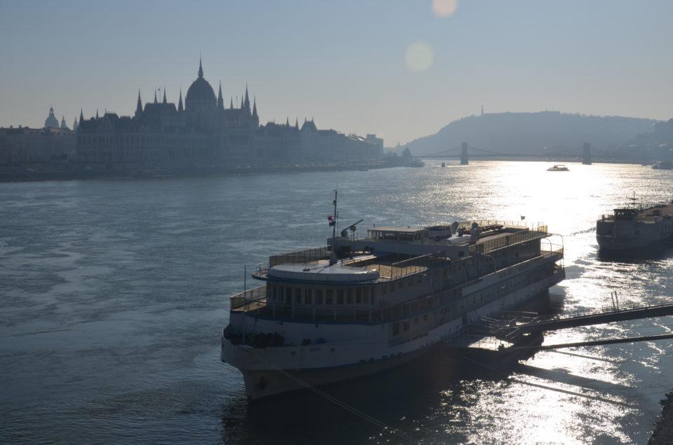 Zu den Budapest Sehenswürdigkeiten gehört auch der rechts sichtbare Gellértberg.