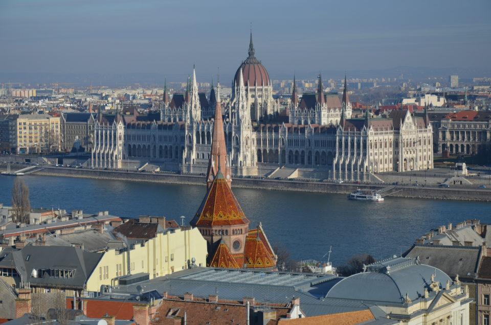 Zu den Budapest Hotel Tipps gehört zunächst der Hinweis, dass die Donau Buda und Pest voneinander trennt.