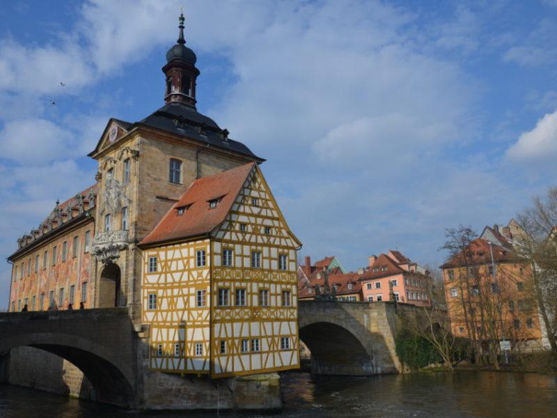 Hier beschreibe ich einen Bamberg Sehenswürdigkeiten Rundgang mit wichtigen Bamberg Tipps, sodass du deine Zeit rund um das Alte Rathaus optimal nutzen kannst.