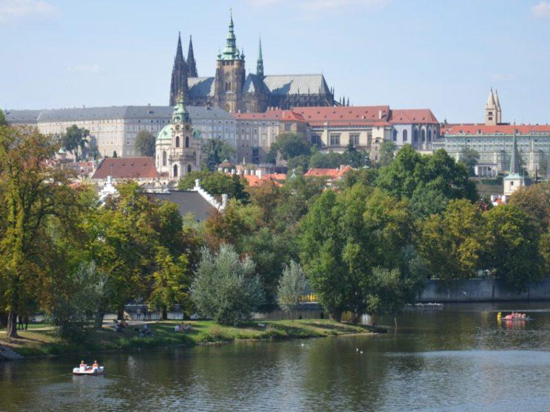 Hier findest du eine Übersicht über die besten Prag Stadtführungen sowie über weitere empfehlenswerte Prag Unternehmungen & Ausflüge rund um die Prager Burg.