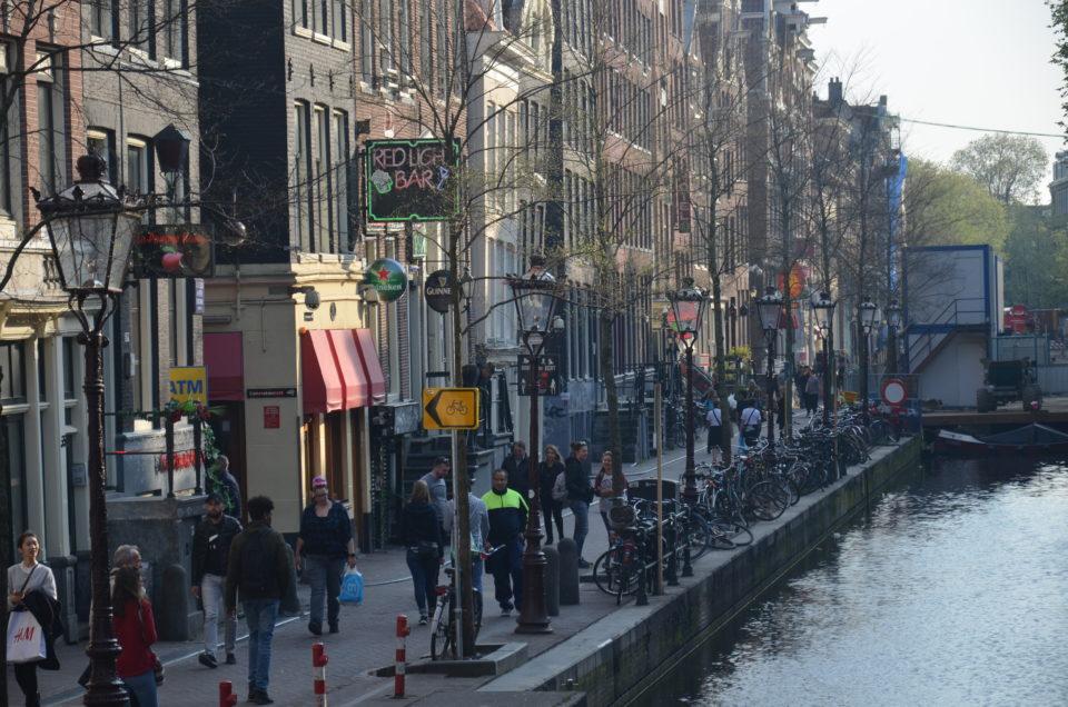 Zu den besonders beliebten Stadtführungen in Amsterdam zählen die Rundgänge durchs Rotlichtviertel.