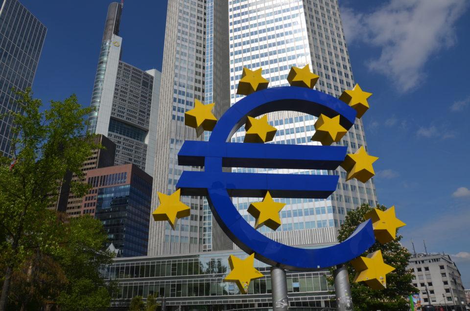Zu den Frankfurt Tipps zählt auch die Euro-Skulptur an der Gallusanlage.