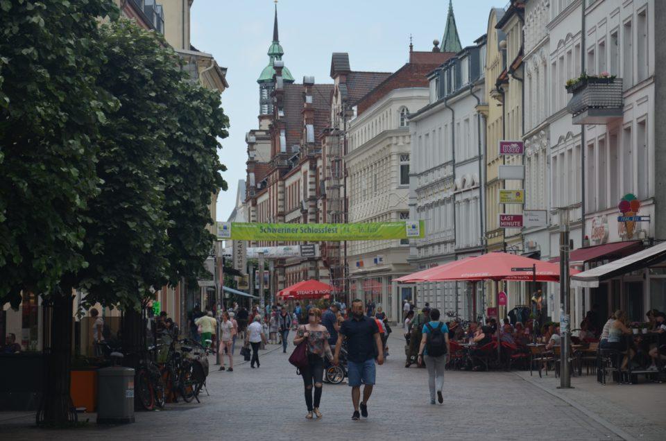 Wenn du die Schwerin Sehenswürdigkeiten zu Fuß erkundest, gelangst du auch zur Mecklenburgstraße.