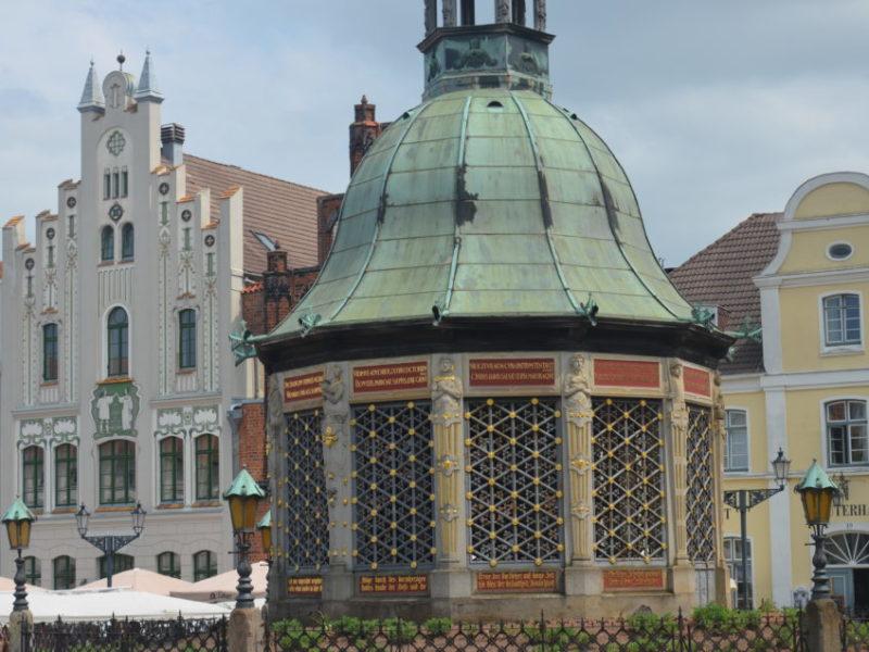 Ein Wismar Sehenswürdigkeiten Rundgang sollte dich auch zur Wasserkunst auf dem Marktplatz führen.