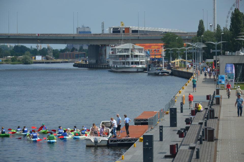 In eine Stettin Sehenswürdigkeiten Route gehören auch Langebrücke & Bulwary Szczecińskie an der Oder.