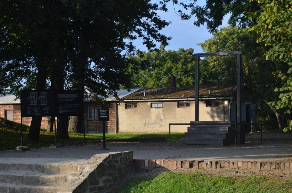 Falls du das KZ Auschwitz ohne Führung besichtigen möchtest, solltest du auch diesen Galgen neben Krematorium I auf dem Schirm haben.