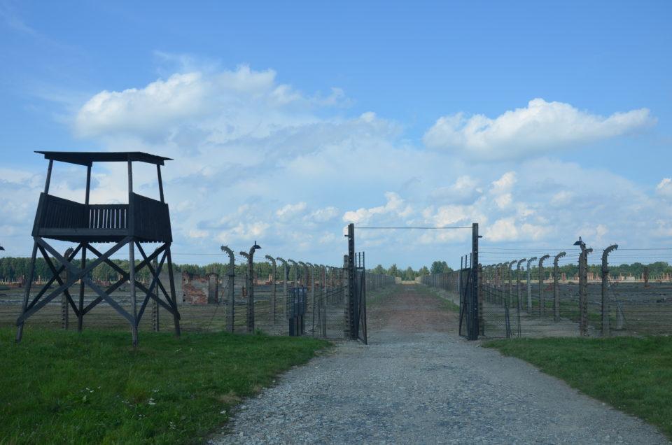 Eine wichtige Station beim Besichtigen von KZ Auschwitz II ist die Lagerstraße A.
