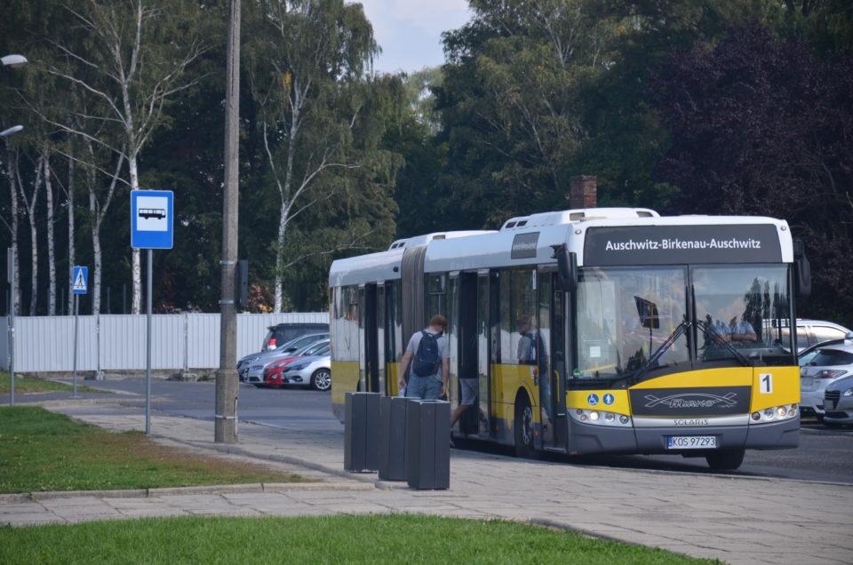 Um das KZ Auschwitz besichtigen zu können, macht die Nutzung der kostenlosen Shuttlebusse Sinn.