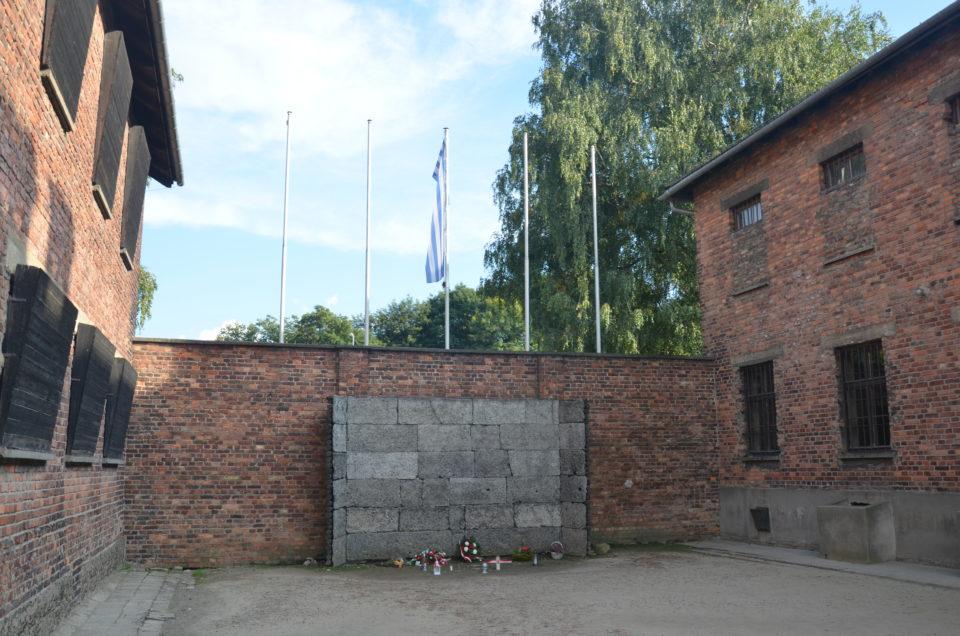 Im KZ Auschwitz I kannst du die Todeswand besichtigen.